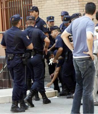 Policías nacionales en el exterior de la estación. (EFE)