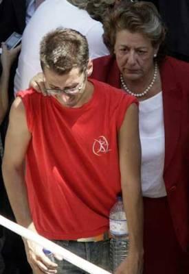 Rita Barberá ayudando a un joven tras la suspensión de un botellón